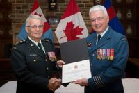 Colonel Kevin Horgan (right) receiving recognition Military Engineer Branch Commendation from Bgen Steve Irwin (left), CComdt of the CME // Col Kevin Horgan (droite) reçoit une reconnaissance honorifique Bgen Steve M. Irwin (gauche) Colonel commandant du GMC.