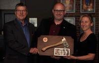 Mr. Voisine is presented with a plaque by Mr. Gaétan Morinville, CFFM, and Col Darlene Quinn// M. Voisine a reçu une plaque, présentée par M. Gaétan Morinville, DSIFC, et le Col Darlene Quinn