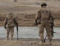 Une opération de balayage typi que à pied utilisant des détecteurs de mines à un passage à gué.