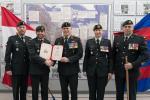 Capt Jobin receives Army Commander's . [CWO Hamilton (Formation CWO), Capt Jobin, Col Errington (Comd CTC), LCol Honig (Cmdt CFSME), CWO Lapointe (SCWO)]