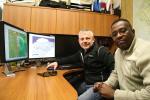 Larry Moses (à gauche) et Alexis Usabuwera utilisent la géomatique comme un outil de simplification par excellence