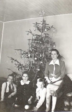 Christmas photo of the family of Arthur Emil Winters in East Prussia found in his Pay Book