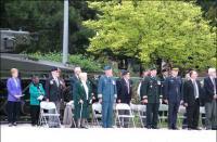 Des invités rassemblés témoignent du dévoilement d'une plaque commémorant le Lcol Mitchell, VC, MC