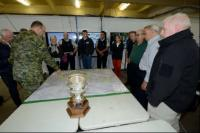 39 CBG Comd briefing visitors from TOC bird-table map of AO // Le commandant du 39e GBC donne des informations aux visiteurs du TOC à l'aide de la table des opérations (cartes) de la ZO