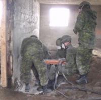 Boreholiing // Des membres de la troupe creusent des trous de forage