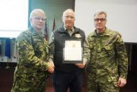 De gauche à droite, le colonel commandant, bgén Steve Irwin (Retraité), l'Adjum Craig Tucker et le Chef – Génie militaire des FAC, Mgén Karl McQuillan – 11 février 2016 - Gagetown
