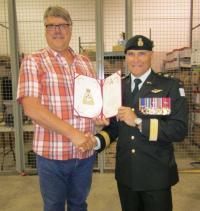 M. Keith « Stoney » Stobert a reçu la mention élogieuse du commandant de l'Armée canadienne des mains du BGen J.C.G. Juneau, comdt 3e Div