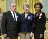 Her Excellency the Right Honourable Michaëlle Jean, Governor General of Canada, presents Meritorious Service Medals to Brian and Carol Isfeld at Rideau Hall [28 Apr 2006]//Son Excellence la très honorable Michaëlle Jean, gouverneure générale du Canada, présente à M et Mme Brian et Carol Isfeld les médailles du service méritoire à Rideau Hall [28 avr 06].