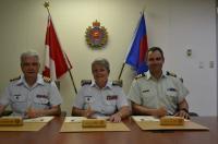 (De gauche à droite) Le Col K.G. Horgan, CD (nouveau conseiller du service du GMC), le Mgén C.T. Whitecross, OMM, CD (ingénieur militaire en chef des FAC) et le Lcol M.A. Gasparotto, MSM, CD (conseiller sortant du service du GMC par intérim) signent les parchemins de changement de fonctions.