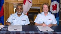 4CES HCol Ajaz Quraishi and 4CES CO Maj Megan Kavanagh signing the Scroll of Appointment // Le Col hon Ajaz Quraishi du 4e Esc GC et le commandant du 4e Esc GC, le major Megan Kavanagh, signent la lettre de nomination de poste