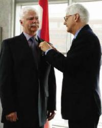 His Excellency Cees Kole pins on the insignia of the Knight of the Orange-Nassua // Son Excellence Cees Kole pose l'insigne de l'Ordre des chevaliers d'Orange-Nassua