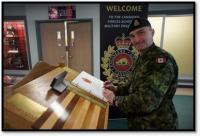 Le Chef d'état-major du SMA(IE, le MGén) Sylvain Sirois, signe le livre d'invités lors de l'Exercice UBIQUE qui s'est tenue à l'École du génie militaire des Forces canadiennes à la BFC Gagetown.