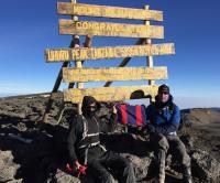 Le major Mark Phillips et le major (à la retraite) Ed Batchelor brandissent fièrement le drapeau du GMC au sommet du mont Kilimandjaro − 21 juillet 2017