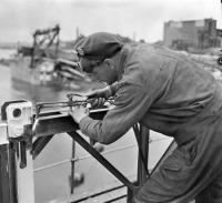 Le Sapeur M.G. Ougler, du 2e Bataillon du Génie canadien, mettant la dernière main à l'un des deux nouveaux ponts construits par le Génie canadien. Le 28 mai 1945 / Zutphen, Pays-Bas. Photo : Canada. Ministère de la Défense nationale / Bibliothèque et Archives Canada /PA-135997