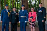 De gauche à droite: Capt Jacques Landry, Bgén Steve Irwin (Ret), Cpl Charles Johnston, Mme Deanna Irwin et l'Adjuc Glenn Simpkin Palais de Buckingham, Londres, 27 juin 2018