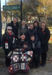Stanley Fields et sa famille à la cérémonie de commémoration de la 5e Compagnie de campagne à l'Université Queen's en novembre 2017